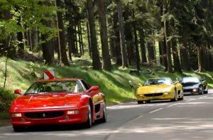 Ferrari fahren auf der Straße