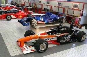 Formel Wagen fahren ohne Limit auf der Rennstrecke